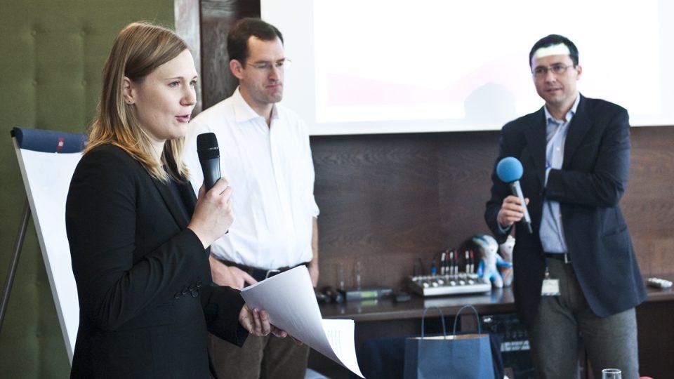 PRESSpektivy-Budoucnost žurnalistiky, Adéla Havránková(zleva), Alex Balfour a Jiří Hošek